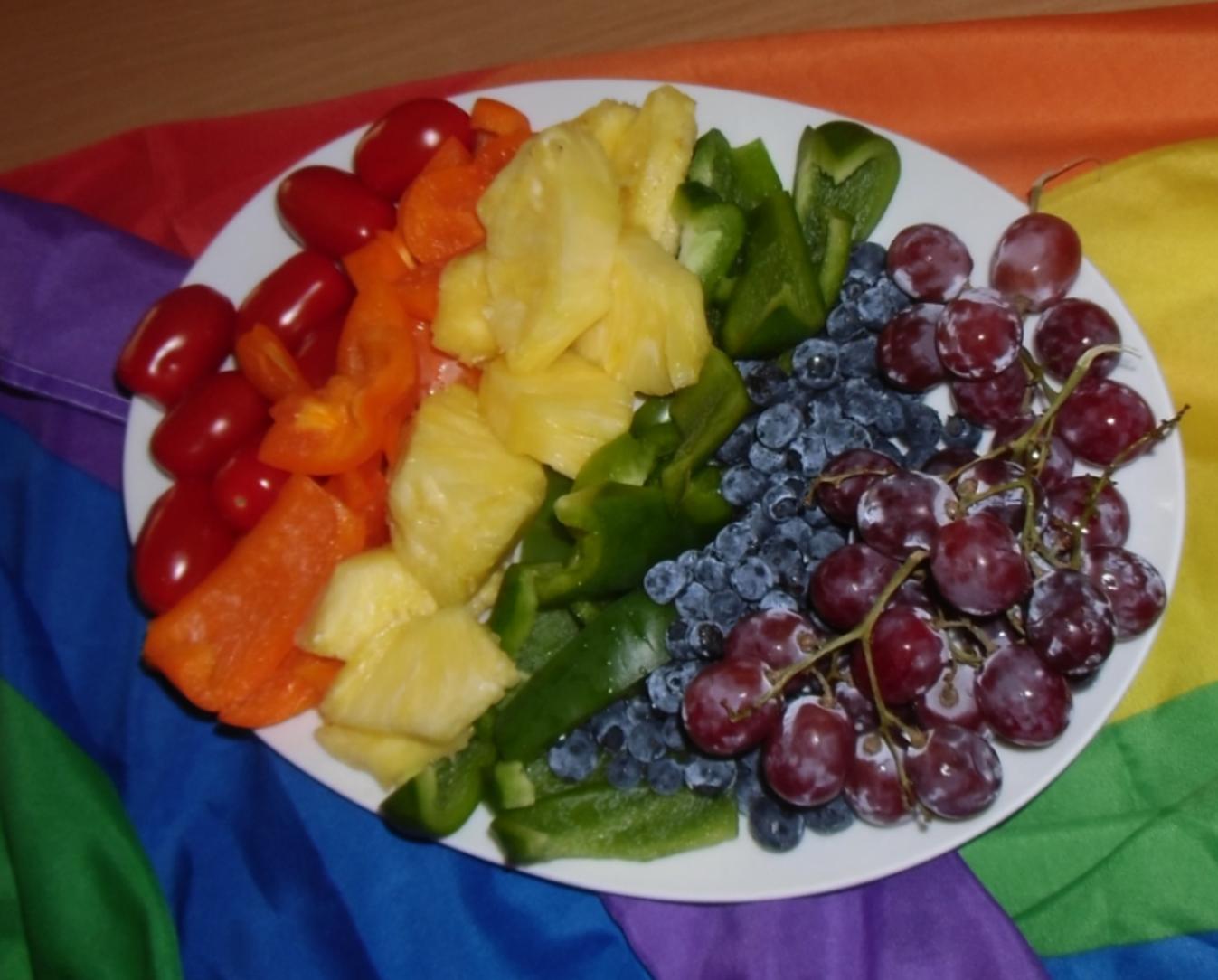 Obst und Gemüse in Regenbogenfarben