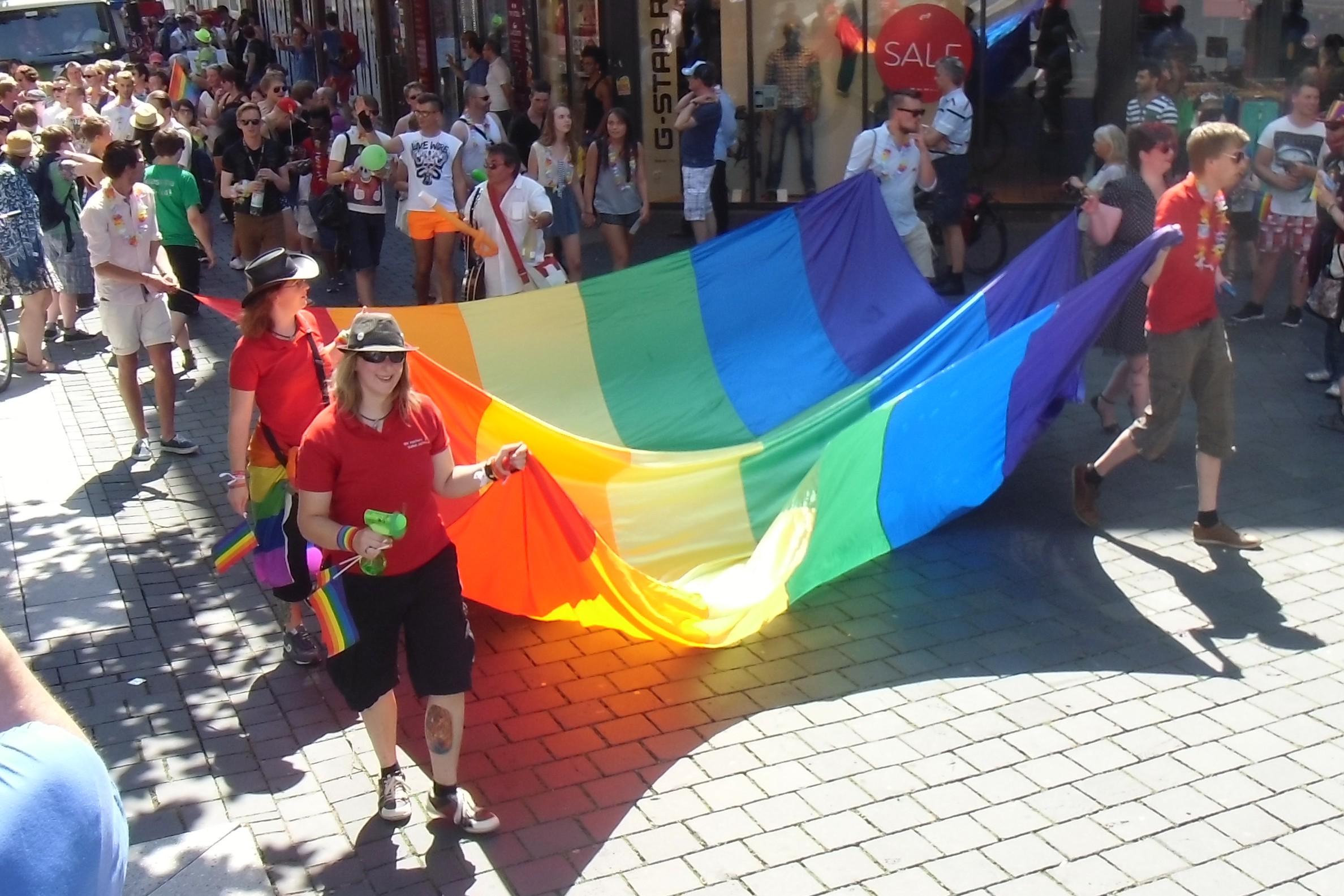 Große Regenbogenfahne auf Parade