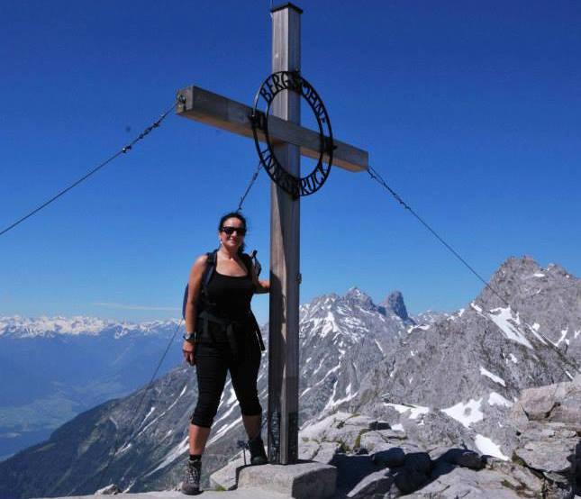 Alexandra Frings an einem Bergkreuz auf dem Kilimanjaro