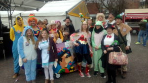 Bunt kostümierte Fußgruppe beim Karneval in Paderborn