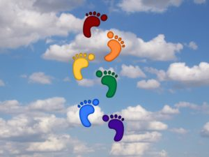 Regenbogenfarbene Fußspuren